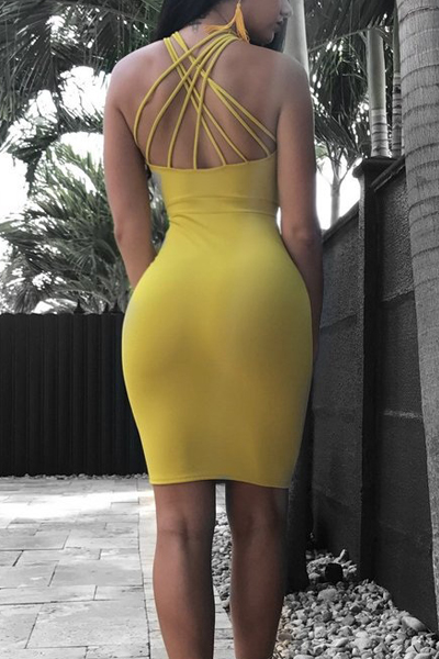 Vestido de joelho com bainha de cetim com bainha de cetim amarelada