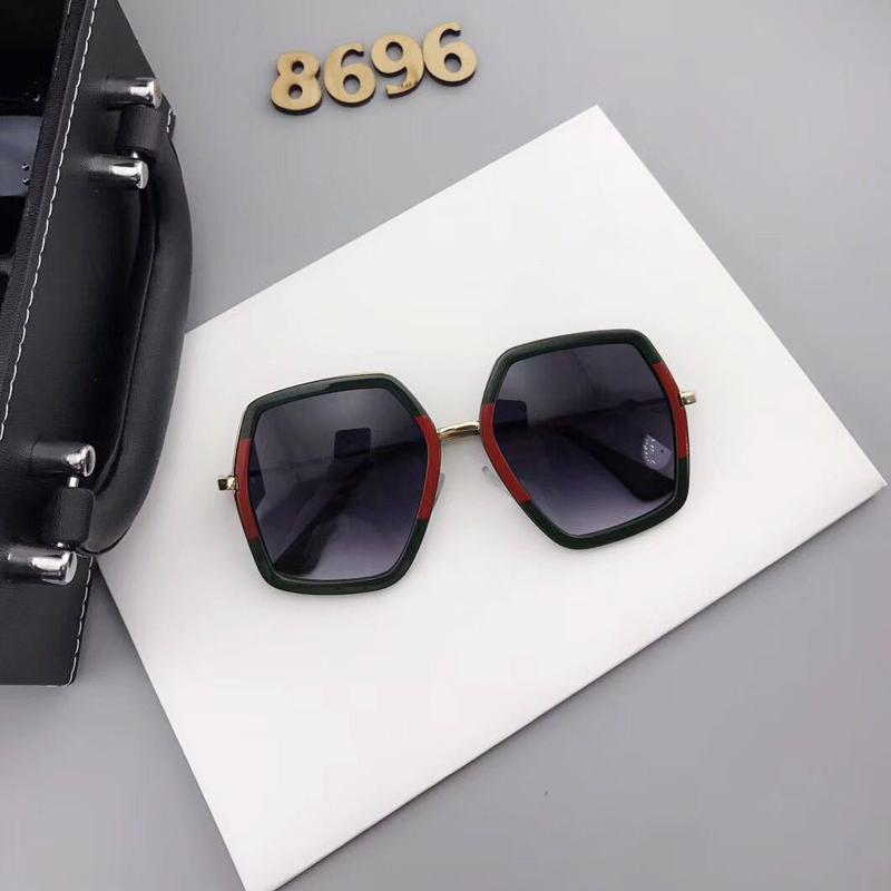 Gafas de sol asimétricas de plástico negro Euramerican