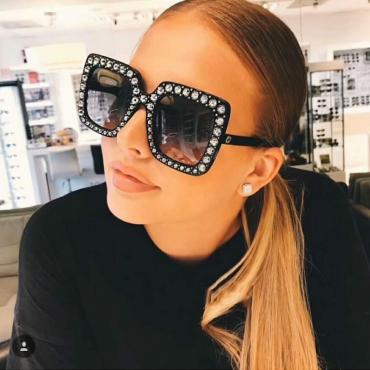 Stilvolle graue Kunststoff-Sonnenbrille